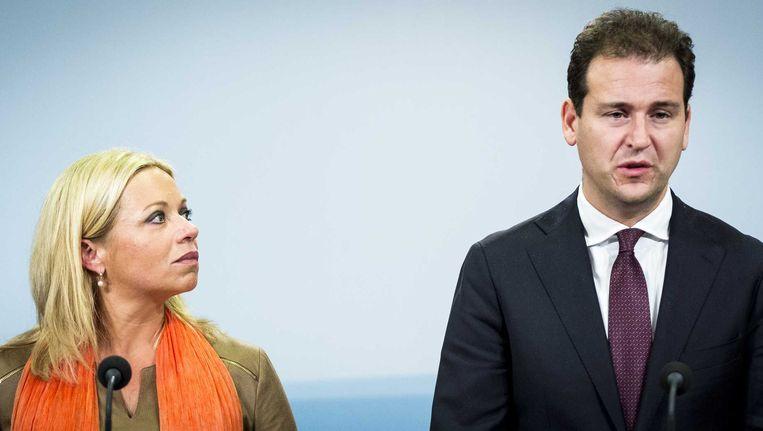 Vice-premier Lodewijk Asscher en minister van Defensie Jeanine Hennis-Plasschaert geven een korte toelichting na de extra ministerraad over deelneming aan de internationale strijd tegen Islamitische Staat (IS). Beeld null