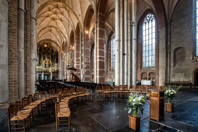In het grote geheel valt het helemaal niemand op. Maar nu is Lebuinus wel zichtbaar: helemaal boven het orgel, achter het hoofd van Maria brandt een ledlampje. Wie goed kijkt ziet daar de schildering van de stichter van Deventer.