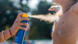 Zoveel zonnecrème uit pompflacon, spray of tube moet je precies gebruiken