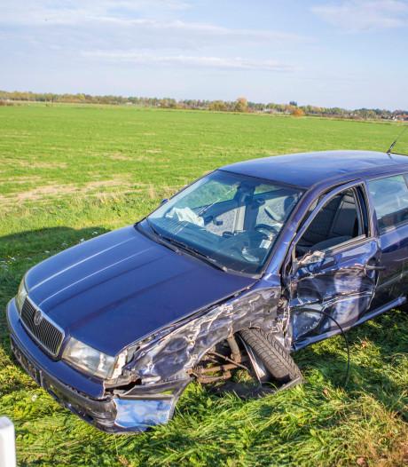 Auto botst tegen achterkant trailer, chauffeur vrachtwagen had niets door