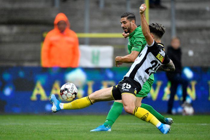 Lokeren-verdediger Tirpan steekt het been uit in duel met Cerigioni.