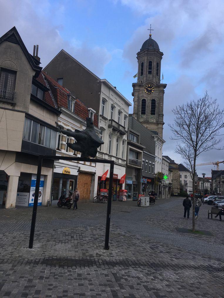 Het beeldhouwwerk 'Dwarsligger' is opnieuw te bewonderen op de Markt.