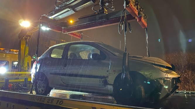 Chauffeur moet uitwijken, ramt lantaarnpaal en belandt in de beek in Wommelgem