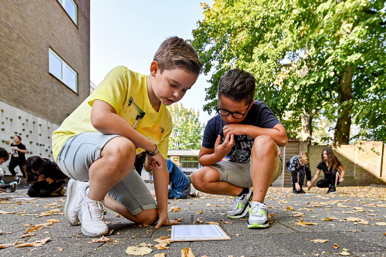 22-09-2020 - Roosendaal - Foto: Pix4Profs/Peter Braakmann - Kinderen van de Jeroen Boschschool krijgen vandaag buiten les. Op het terrein achter de school. Het is vandaag Nationale Buitenlesdag.