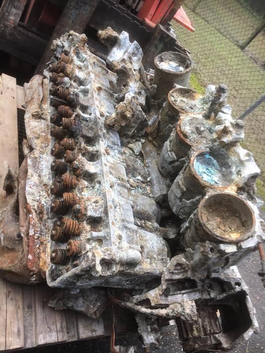De vliegtuigmotor toen hij nog niet was schoongemaakt.