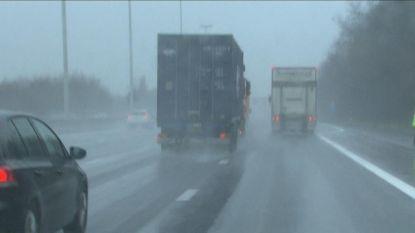 Vrachtwagens halen nog steeds in bij regenweer: Touring wil meer controles