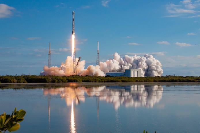 SpaceX, het ruimtevaartbedrijf van Tesla-topman Elon Musk, lanceerde vandaag voor de vijfde keer een reeks satellieten. Dit maal 60 stuks. Die moeten wereldwijd snel internet mogelijk maken.
