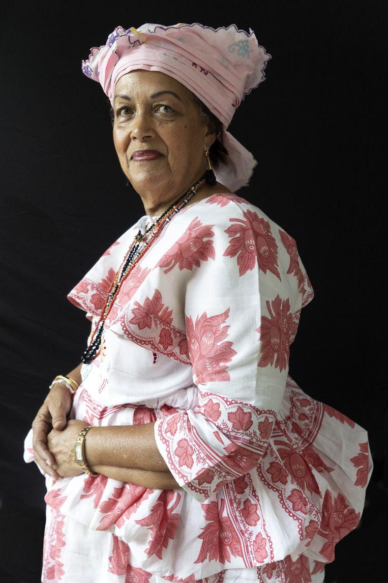Mevrouw  Christine van Russel-Henar, directeur van het Koto museum in Paramaribo en curator van de tentoonstelling. Beeld Het Klederdrachtmuseum