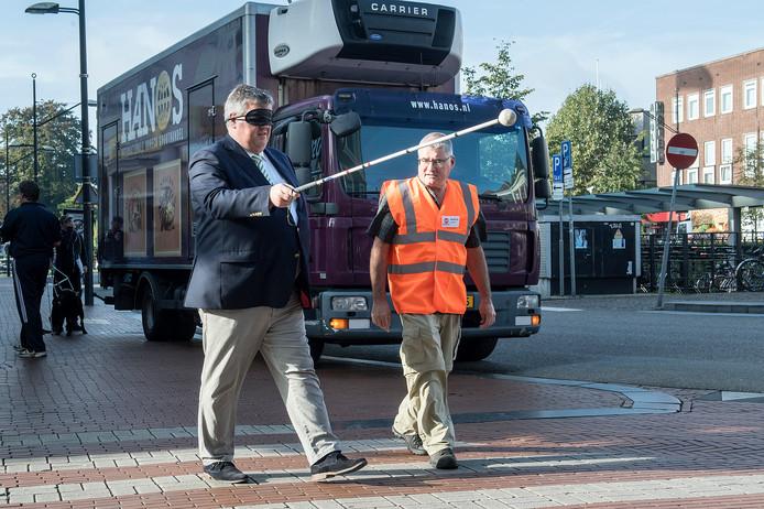 Burgemeester Bruls gaat blind het plein over bij de Molenstraat.