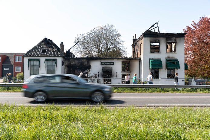 Eind april 2020, de verwoesting in beeld: van Het Kanon is na de brand niet veel meer over dan een skelet van muren.