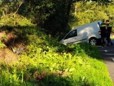 Bestelbus komt tot stilstand in berm Boekelo: Bestuurder gewond