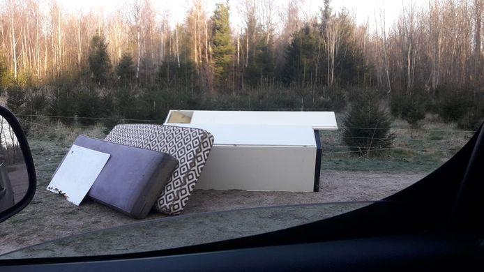 Boswachter Harco Bergman vond vanochtend een kast en matrassen in het Kuinderbos.