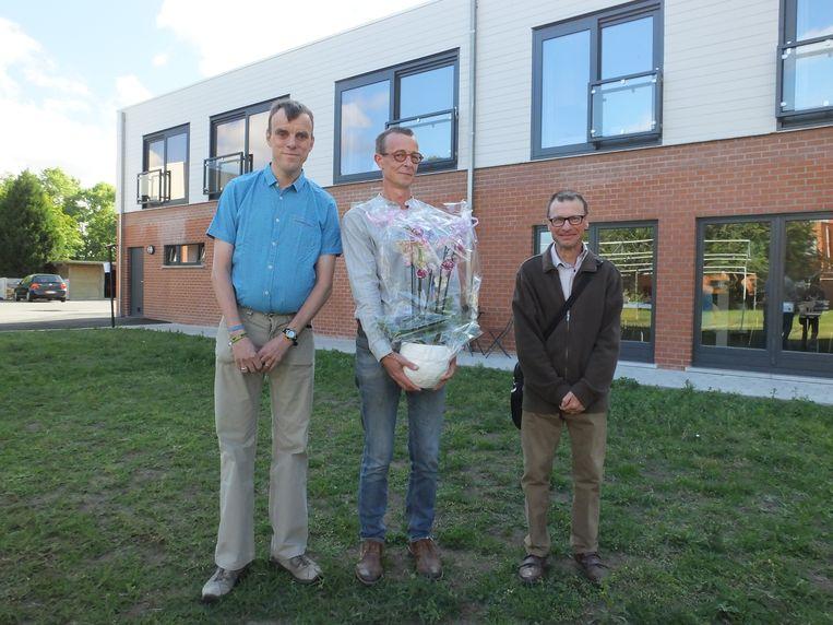 Directeur Kris Holvoet (midden) kreeg van bewoners Koen Sierens en Bart Naert een cadeautje. Koen en Bart wonen sinds kort in de nieuwe studio's boven de ruimtes voor dagbesteding.