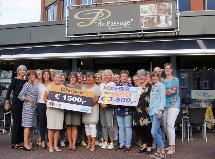 Cheque van 5.000 euro voor vrijwilligers hospice De Reggestroom in Rijssen. Geschonken door Rijssens Mannenkoor en Rijssen Zet De Toon