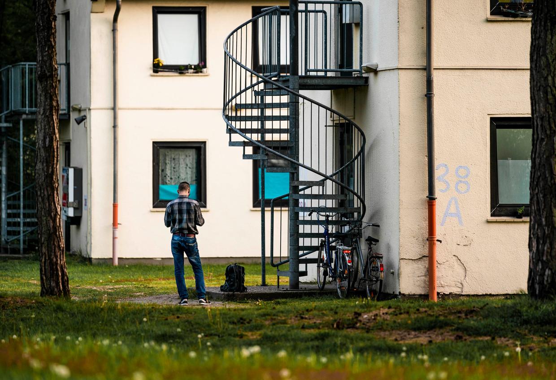 Arbeidsmigranten verblijven in oude appartementencomplexen nabij het vliegveld Weeze in Duitsland, vlak bij de Nederlandse grens.   Beeld Freek van den Bergh
