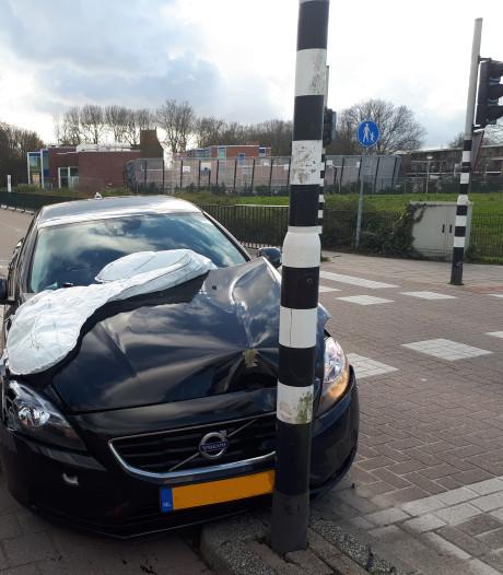 Auto klapt op verkeerslicht: bestuurder met schrik vrij