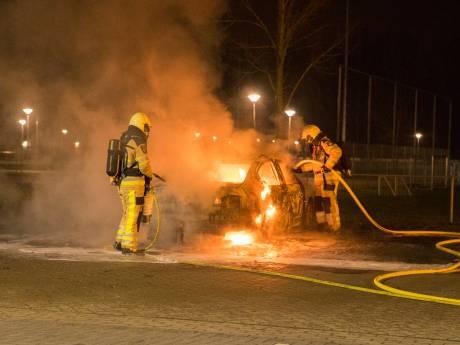 Brand verwoest auto op parkeerplaats naast Deventer voetbalclubs: mogelijk opzet