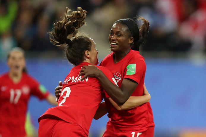 Nichelle Prince (Rechts) viert haar goal.