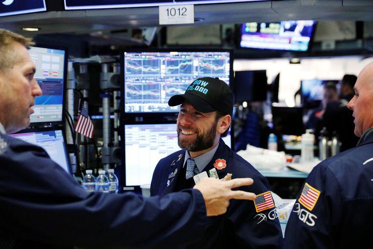 Een beurshandelaar op Wall Street markeert het record met zijn pet. Beeld REUTERS