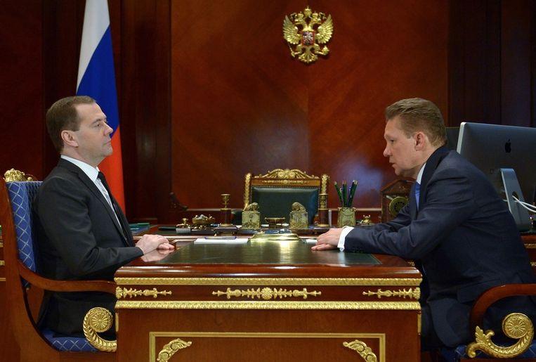 De Russische premier Medvedev (links) en Alexei Miller, hoofd van Gazprom, in Moskou gisteren. Beeld ap