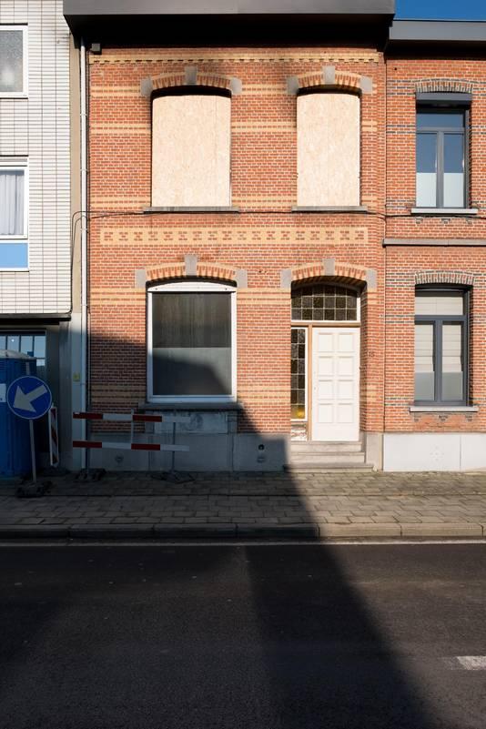 De woning is onbewoonbaar verklaard. Vensters werden dichtgetimmerd met houten panelen.