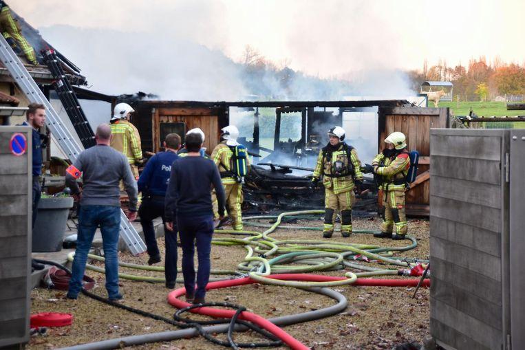 De garage werd volledig verwoest. Ook een deel van de woning liep schade op.