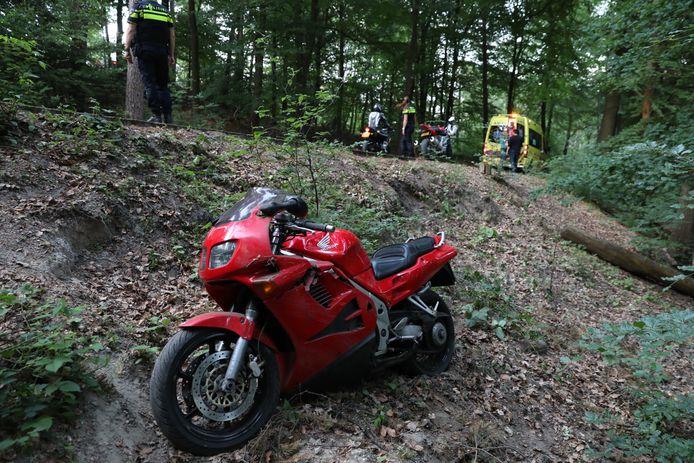 Een motorrijder is op de Bovenallee bij Velp gevallen en gewond geraakt.