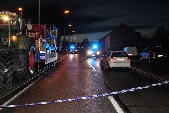 De vrouw sprong van de carnavalswagen (links), wilde de rijbaan oversteken, en werd gegrepen door de witte auto (rechts).