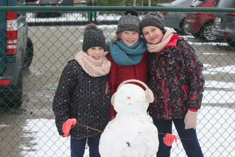 Deze leerlingen van GO! basisschool De Zandlopertjes vestiging Groenendijk zijn trots op hun sneeuwman