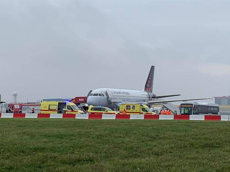 Uit voorzorg zakten de hulpdiensten massaal naar het vliegtuig van Brussels Airlines af.