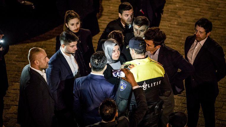 Turkse minister Kaya wordt tegengehouden door politie als zij het consulaat wil betreden. Beeld Freek van den Bergh / de Volkskrant