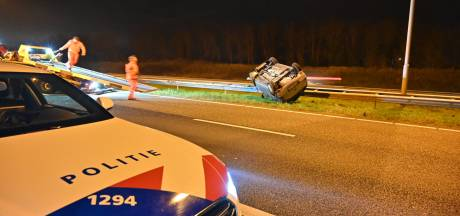 Auto op de kop op A58: snelweg tussen Tilburg en Breda korte tijd dicht