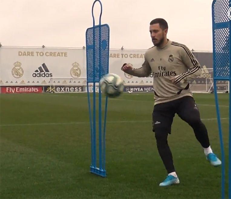 Eden Hazard traint opnieuw met bal.