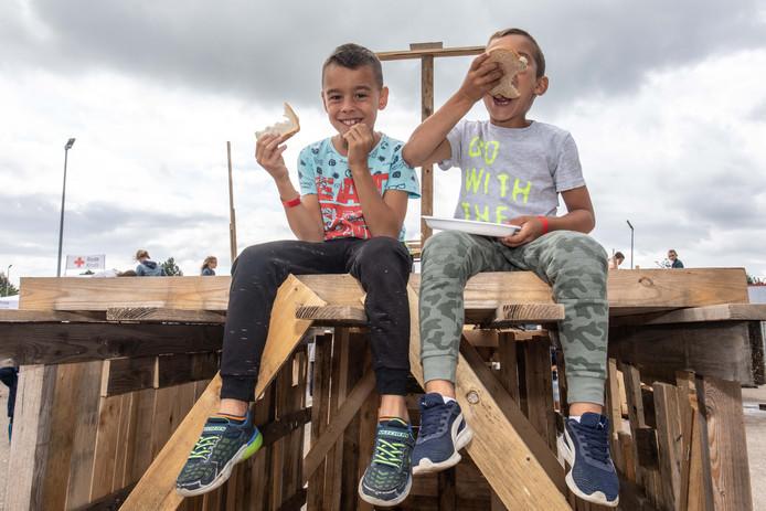 Jeugdland Sint-Maartensdijk: wie hard werkt moet goed eten. Even pauze voor Liam (6) en Bram (7).