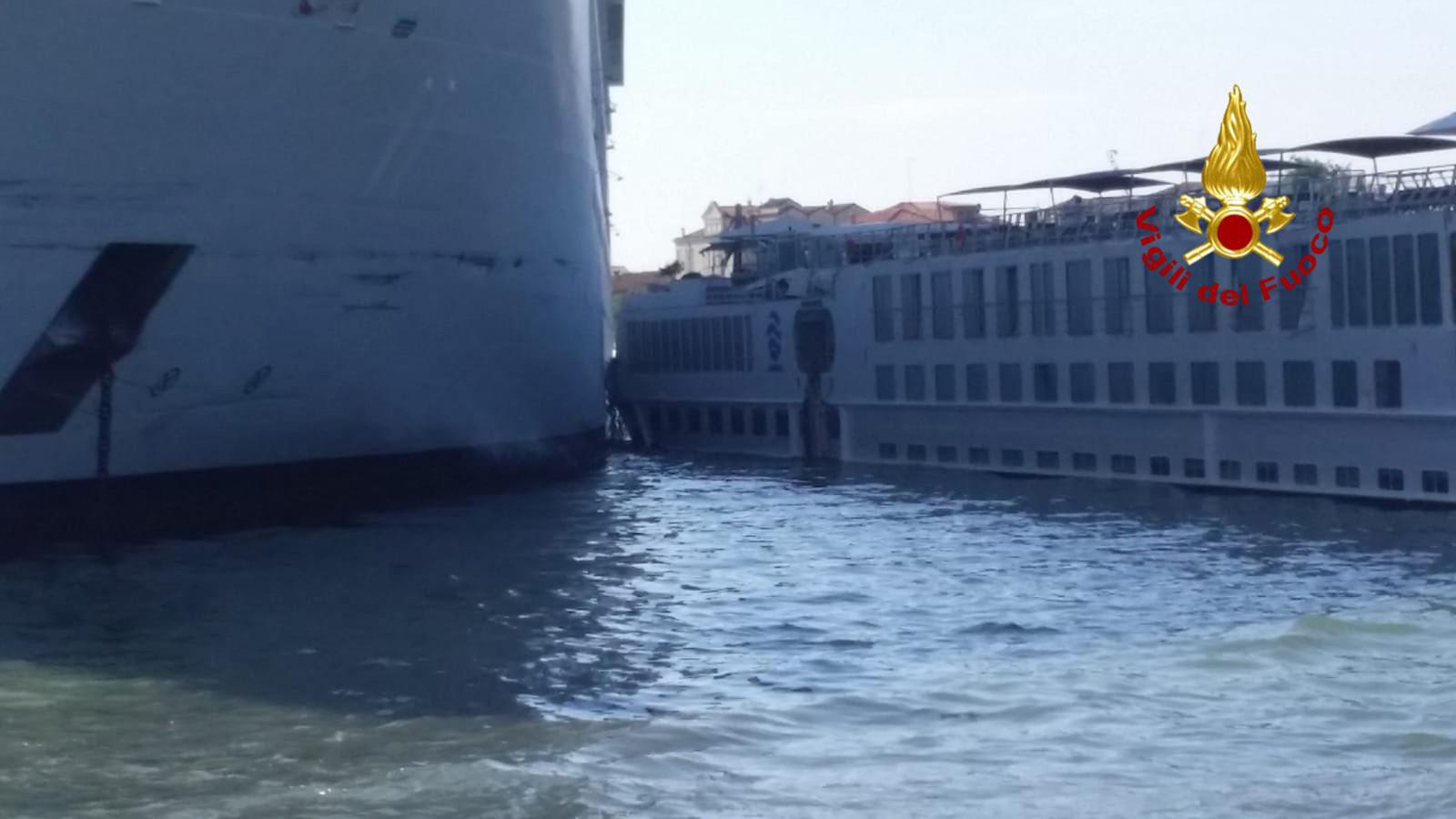 Een gigantisch cruiseschip is vanochtend op een toeristenboot gebotst in Venetië.