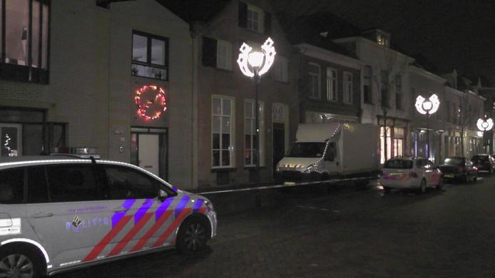 De politie heeft vanavond in een woning aan de Laarstraat in Zutphen een hennepkwekerij ontmanteld.