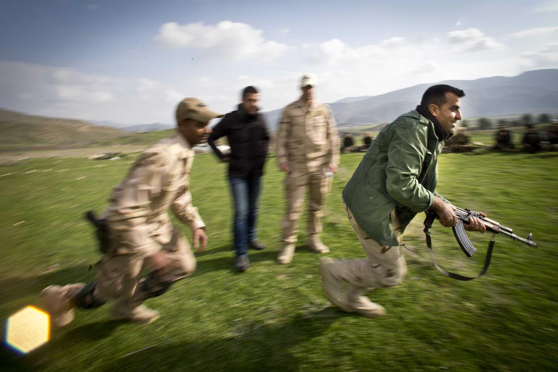 Nederlandse trainers in 2015 met coalitiepartners in het noorden van Irak tijdens een opleiding van acht pelotons Koerdische Peshmerga-strijders.