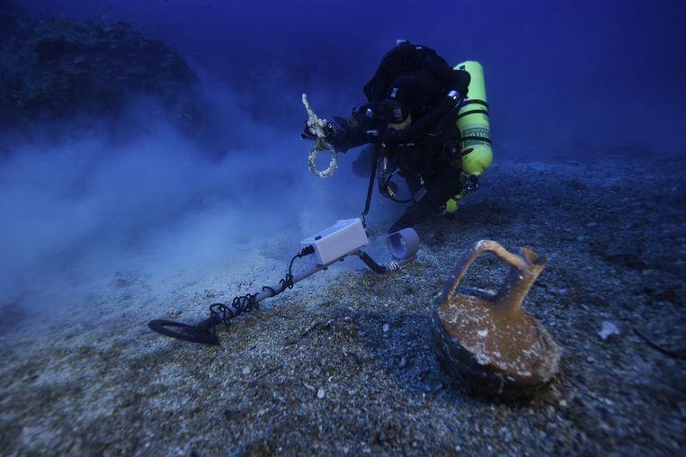 Ter illustratie: een duiker onderzoekt de zeebodem. Beeld epa