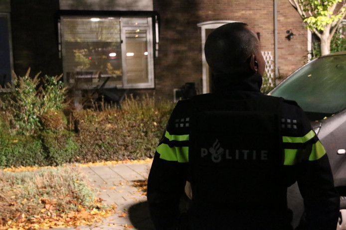 Politie bij de beschoten woning in Velp, maandagavond.