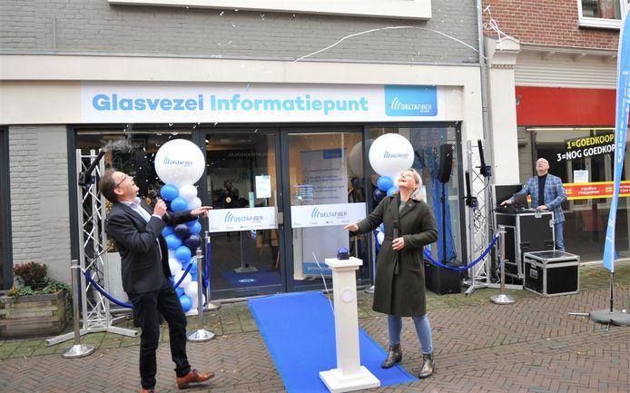 Met een druk op de knop opende wethouder Marinka Mulder het Glasvezel Informatiepunt in Renkum.
