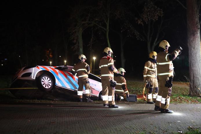 Politieauto belandt in sloot op terrein De La Salle in Boxtel
