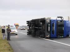Vrachtwagens bij bosjes omgeblazen: Ketelbrug afgesloten