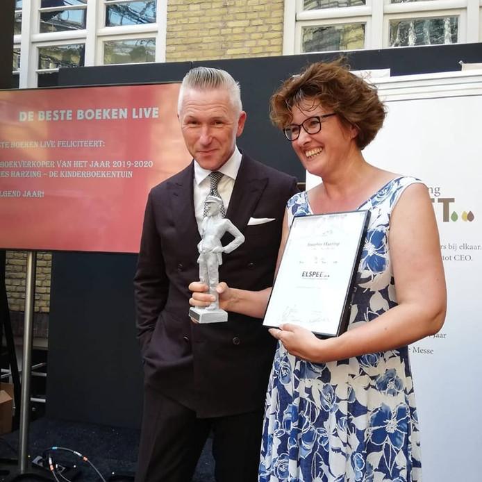 Annelies Harzing van Beek wint prijs voor beste boekenverkoper van Nederland.