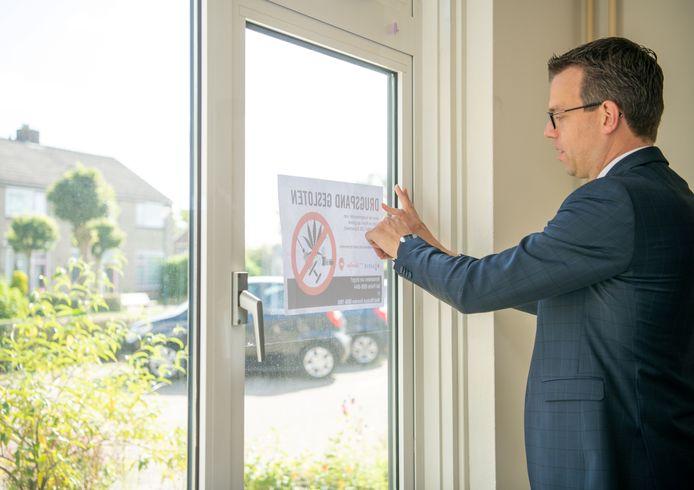 Burgemeester Derk Alssema sluit drugspand in Gilze.