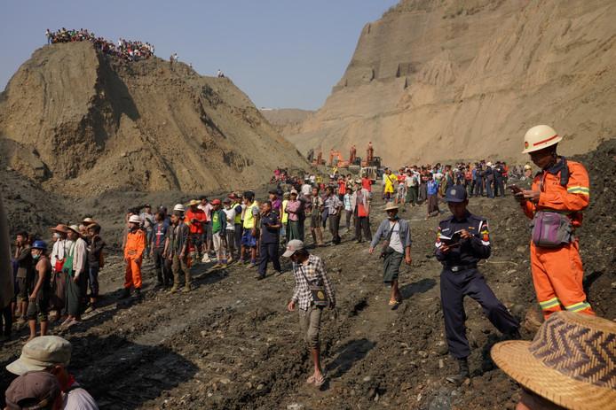 Reddingswerkers zoeken naar overlevenden van de aardverschuiving bij de jademijn.