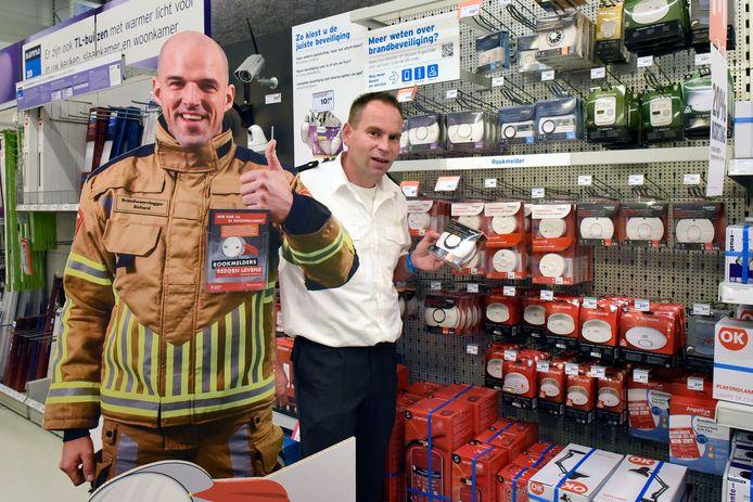 Geert-Jan Rijsterborgh van de Veiligheidsregio Utrecht met een kartonnen versie van de vloggende brandweer Richard.