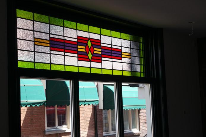 Ook werden er nieuwe glas-in-lood-ramen gezet.