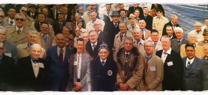 In het magazine LIFE verscheen in 1984 deze foto van Louis van Iersel met mutsje, omringd door jongere veteranen.