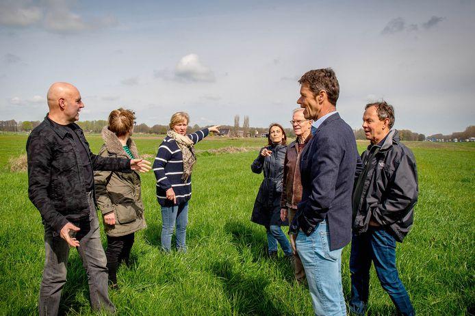 Tegenstanders van zonnepark Kampbroek in de buurt van de beoogde bouwlocatie.