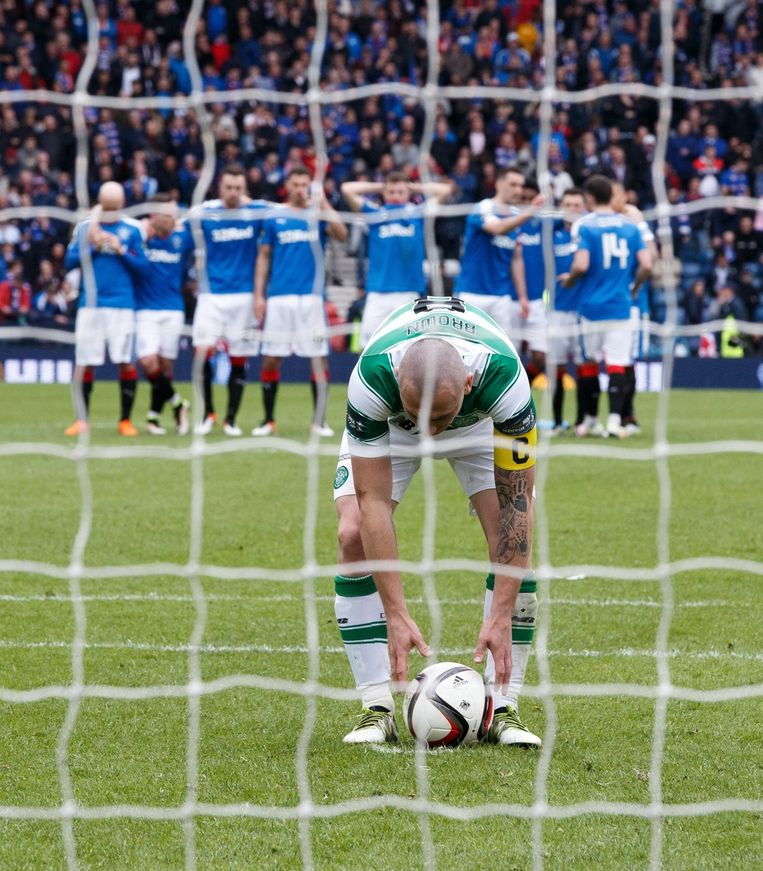 Scott Brown van Celtic legt aan voor een penalty. Beeld epa